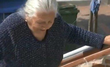 Η εφορία ζητά 2.600 ευρώ από την 90χρονη που πουλούσε τερλίκια στη λαϊκή