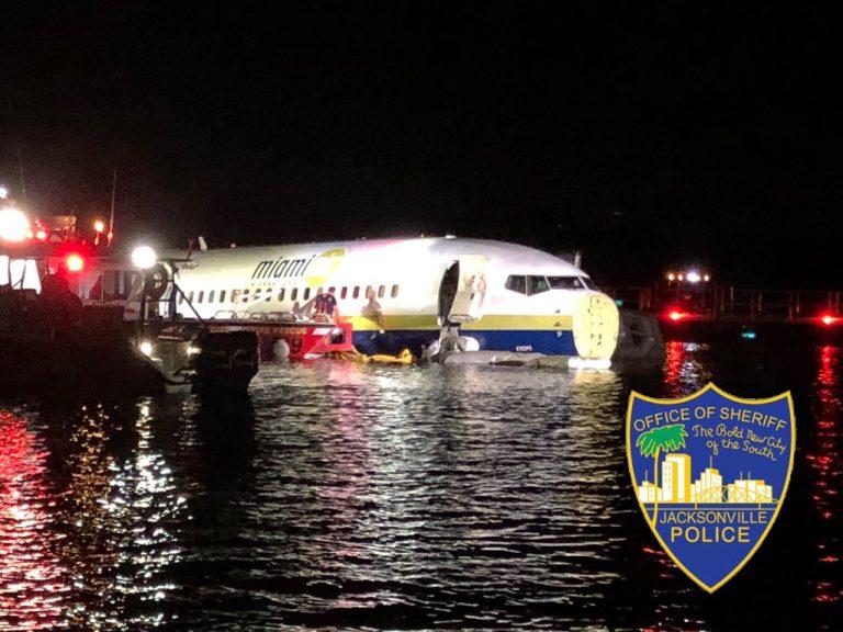 Προσγείωση τρόμου Boeing με 143 επιβαίνοντες γλίστρησε στον διάδρομο, κατέληξε σε ποτάμι