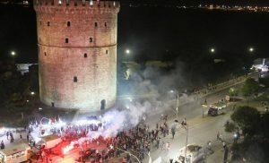 Άρχισε το πάρτι στον Λευκό Πύργο – Εκατοντάδες φίλοι του ΠΑΟΚ στους δρόμους