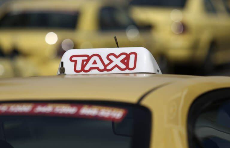 Οδηγός ταξί αυνανιζόταν ενώ μετέφερε φοιτήτρια