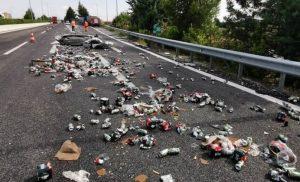 Τροχαίο με νταλίκες στην εθνική οδό: Γέμισε ο δρόμος μπύρες – Απίστευτες εικόνες