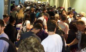 Ατελείωτες ουρές και αγανάκτηση στο αεροδρόμιο της Ρόδου (pics)