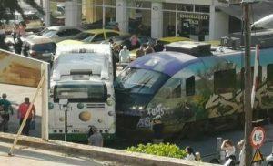 Πανικός στη Λιοσίων: Συρμός του Προαστιακού συγκρούστηκε με λεωφορείο