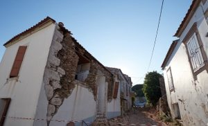 Βρίσα Μυτιλήνης: Στο έλεος της γραφειοκρατίας οι σεισμοπαθείς δύο χρόνια μετά τα 6,3 Ρίχτερ