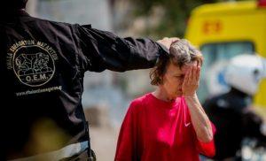 Η συγκινητική φωτογραφία με τον εθελοντή πυροσβέστη που δίνει κουράγιο σε κάτοικο της Εύβοιας