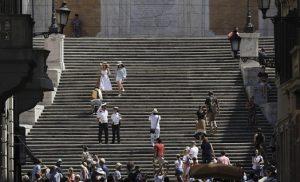 Πανικός στη Ρώμη: Θραύσματα από αεροπλάνο έπεσαν στα κεφάλια των τουριστών (ΦΩΤΟ)