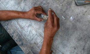 Spiegel: Θραύση κάνει στην Ελλάδα το ναρκωτικό σίσα, η «κοκαΐνη» των φτωχών