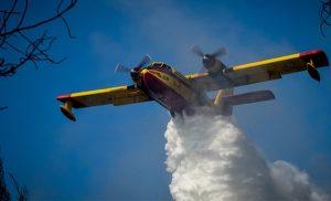Φωτιά Ελαφόνησος Δεν κοπάζει ο αέρας, ενισχύονται οι δυνάμεις, φεύγουν οι τουρίστες