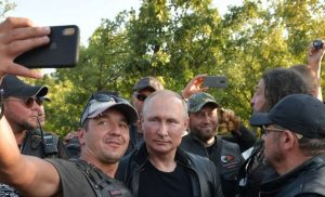 Ο Πούτιν έβαλε δερμάτινα, καβάλησε μηχανή και γιόρτασε με τους «Λύκους της Νύχτας» στην Κριμαία