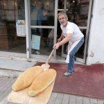 Κοζάνη Φούρναρης μοιράζει ψωμί με φτυάρι λόγω κορωνοϊού